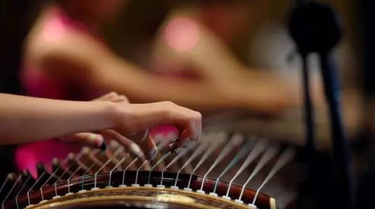 弹古筝的姿势和手形的自然松弛